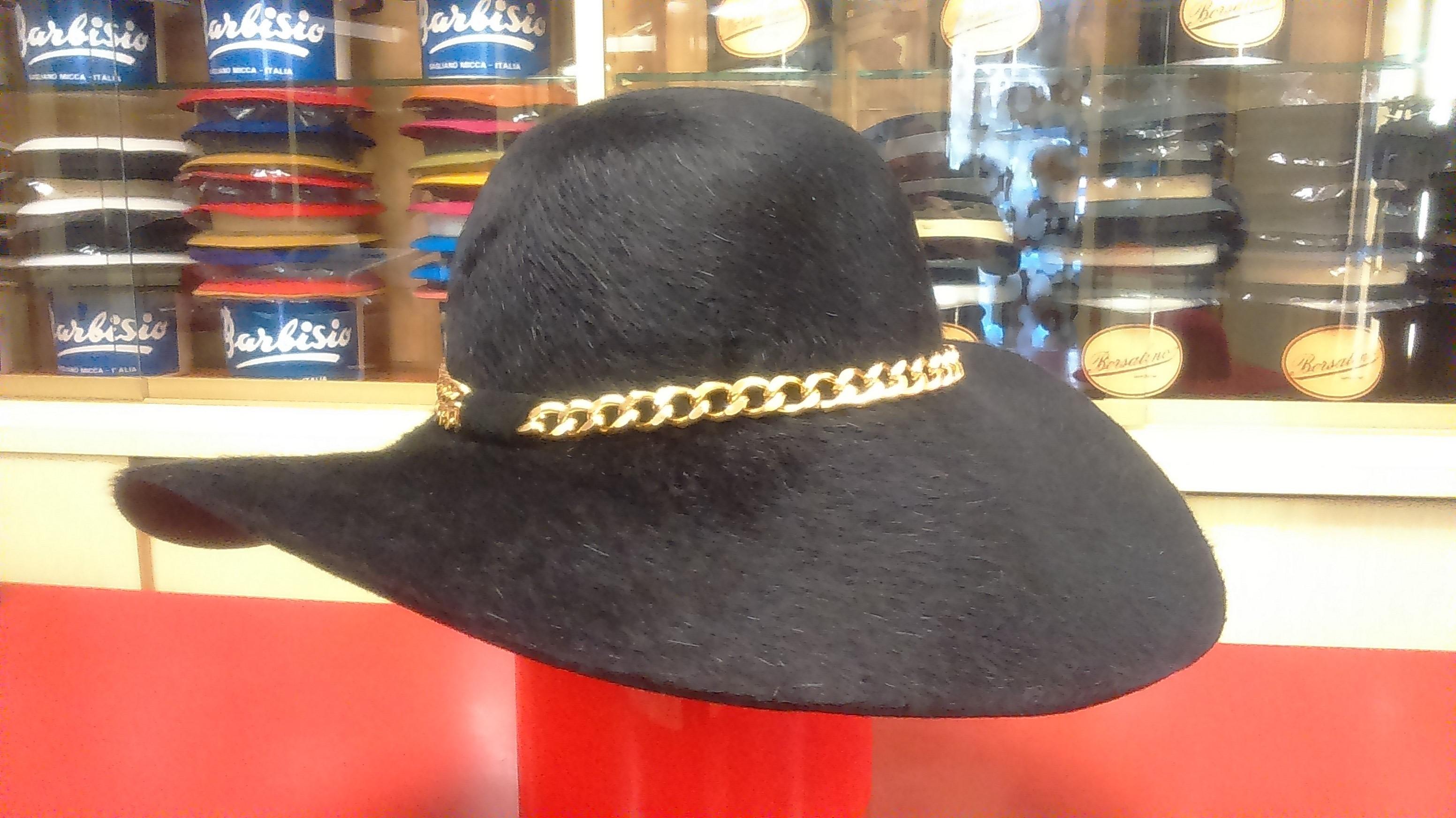 Cappello morbido donna in feltro Taupè con guarnizione in catena
