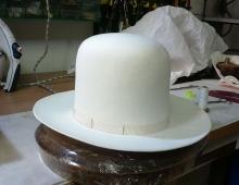 Cappello lapin panna testa alta, tesa 7,5 sbordata e nastro 15 mm. in tinta con finitura fiocco.