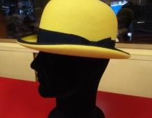 Bombetta in lapin giallo fluo con orlo e nastro in contrasto blu scuro