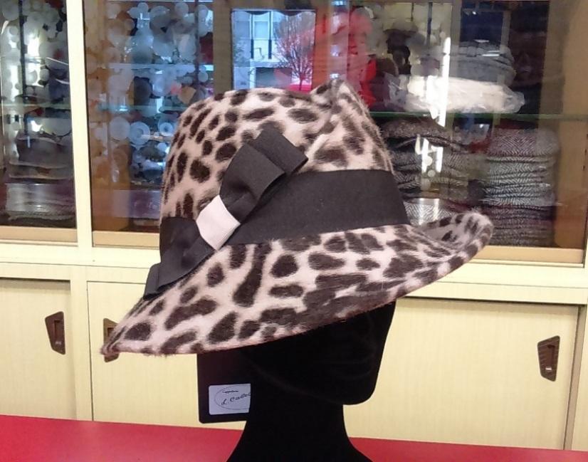 Cappello in lapin Beaver maculato. Guarnitura caneté. Possibilita altri  colori anche tinta unita. f42cf8e448bf