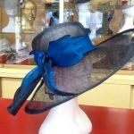 Cappello in paglia sisal con tesa aperta in parte e guarnizione in seta bicolore