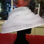 Ideale per la sposa, ma realizzabile in altri colori per il seguito.
