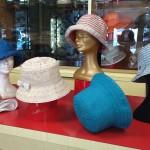 Cappelli in cotone in diversi colori, confortevoli e tascabili.