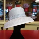 Cappello in fibra naturale adatto per il sole ma anche elegante per la cerimonia. Disponibile in 4 colori