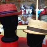 Cappelli in raffia con cinta in contrasto