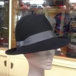 cappello in feltro con nastro colorato
