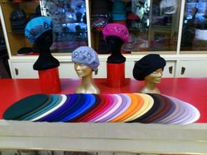 Baschi maglia, maglia infeltrita, ricamati e in angora, tutti in svariati colori