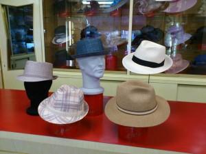 Bluesman raffia colore denim e beige, Raffia fantasia, panama naturale cinta nera e cappello maglina  color avana