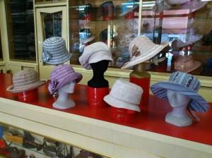 Canneté in vari colori e forme,  berrettone e cloche di lino e cappelli di canneté arricciato
