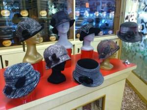 cappelli-in-boucle-plissettati-e-tessuti-scozzesi-rifiniti-in-velluto