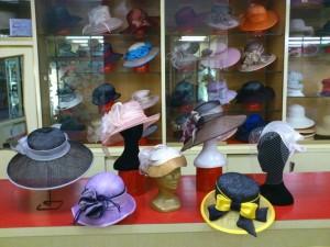 Cappelli cerimonia e acconciature in paglia, organza di seta, georgette e cady. Vasta gamma colori