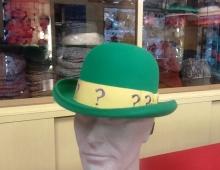 Bombetta in lapin verde bandiera, cupola 38, tesa roulé media orlata in tinta e nastro personalizzato fornito dal committente.