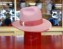 Cappello in lapin taglio Uomo, cupola fedora alta,tesa 7 orlata in contrasto bicolore e nastro bicolore con finitura fiocco.